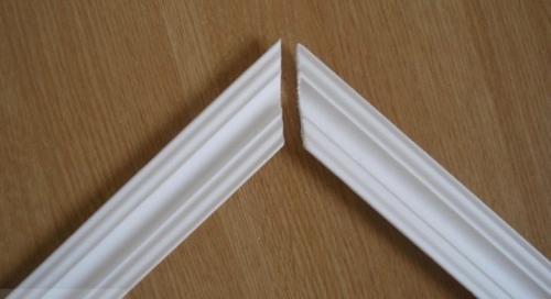 Как сделать потолочный плинтус в углах. Как сделать угол на потолочном плинтусе без стусла?