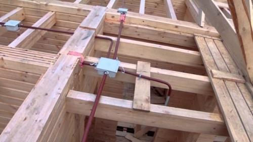 Монтаж электрики в деревянном доме. Главные требования, предъявляемые к проводке