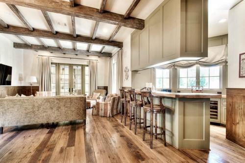 Потолки с балками декоративными. Потолок с балками – современные дизайнерские решения, идеи декора и варианты оформления