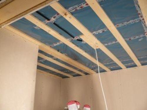 Как крепить пластиковые панели на деревянный потолок. Вариант .  Монтируем на потолок деревянную обрешетку