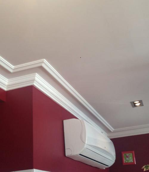 Как приклеить плинтус на потолок. Как приклеить галтель если потолок натяжной?