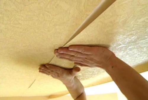 Как клеить обоями потолок. Техника наклеивания
