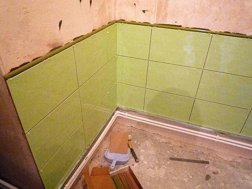 Как положить плитку на стену в углу. Плитка в углу: прячем стыки