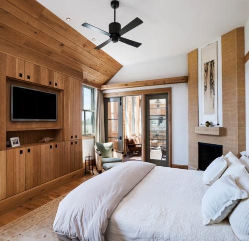 На каком расстоянии от пола вешать телевизор в спальне. На какой высоте вешать телевизор в спальне: особенности помещения