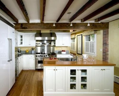 Потолок на кухне с балками. Балки на потолке в интерьере кухни