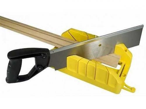 Как правильно обрезать плинтуса на потолок. С использованием стусла