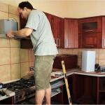 Полезные советы - как повесить вытяжку над плитой.