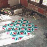 Художник и дизайнер из Барселоны Хавьер де Риба украшает заброшенные здания яркими узорами в виде плитки на полу.