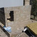 Вот такую будку с откидной утеплённой крышей сделали для своей собаки.