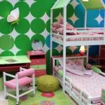 Двухярусная кровать, оптимальное решение если детей двое, а комнатя для них только одна.