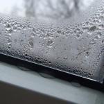 Конденсат на пластиковых окнах.