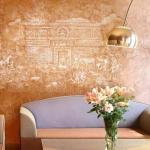 """Оштукатуренная """"Венецианкой"""" стена имеет невероятно гладкую и нежную поверхность."""