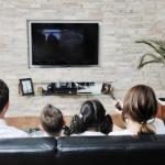 Прохладные осенние вечера - идеальное время для просмотра хорошего кино в кругу семьи.