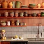 Открытые полки на кухне: идеи, плюсы и минусы.