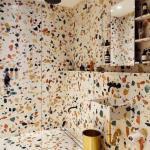 Изначально терраццо - напольное покрытие, которое производится из мраморной крошки, связанной твердым клинкерным цементом.